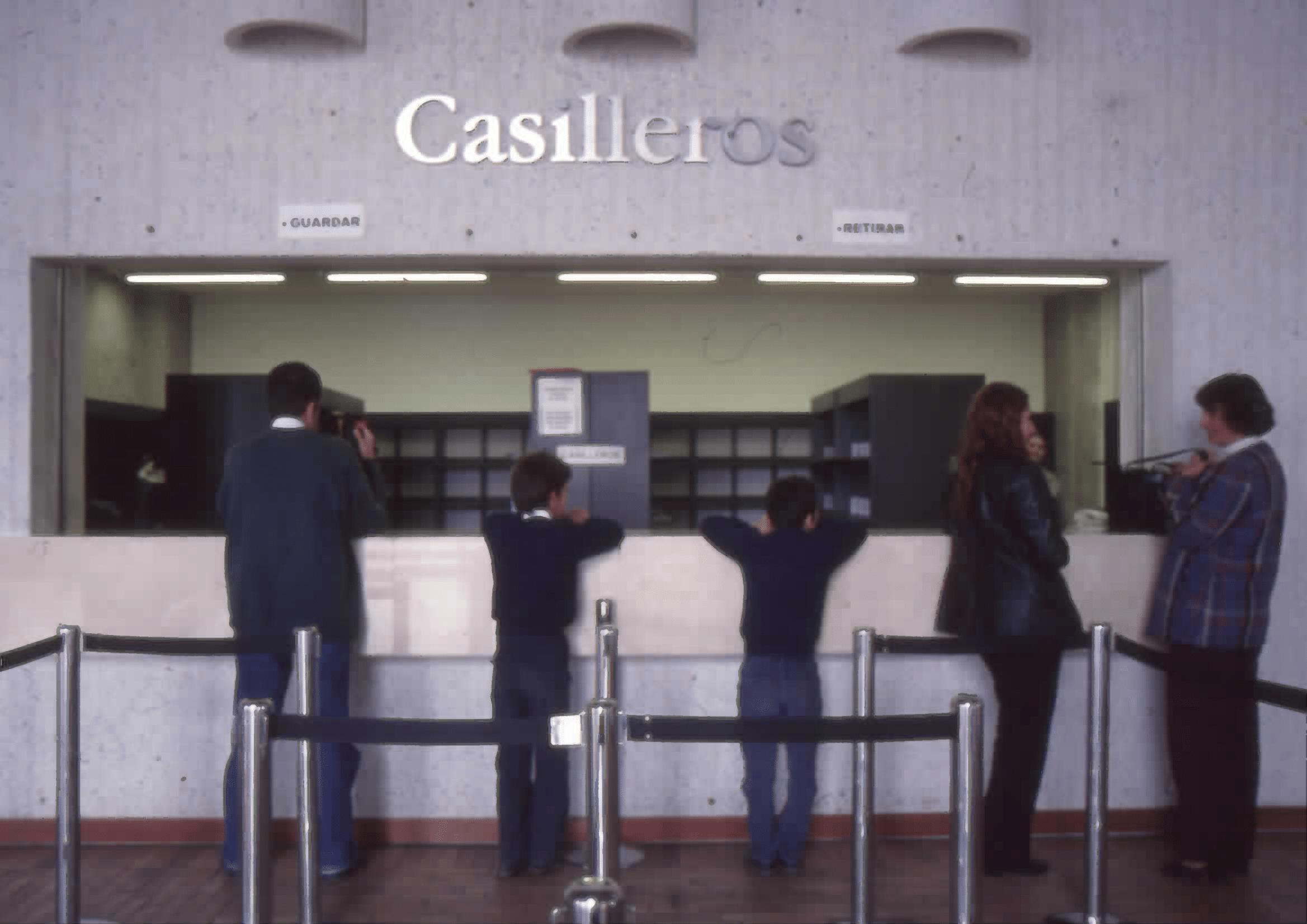 Imagen de apoyo de  Usuarios en casilleros de la Biblioteca Pública El Tintal Manuel Zapata Olivella