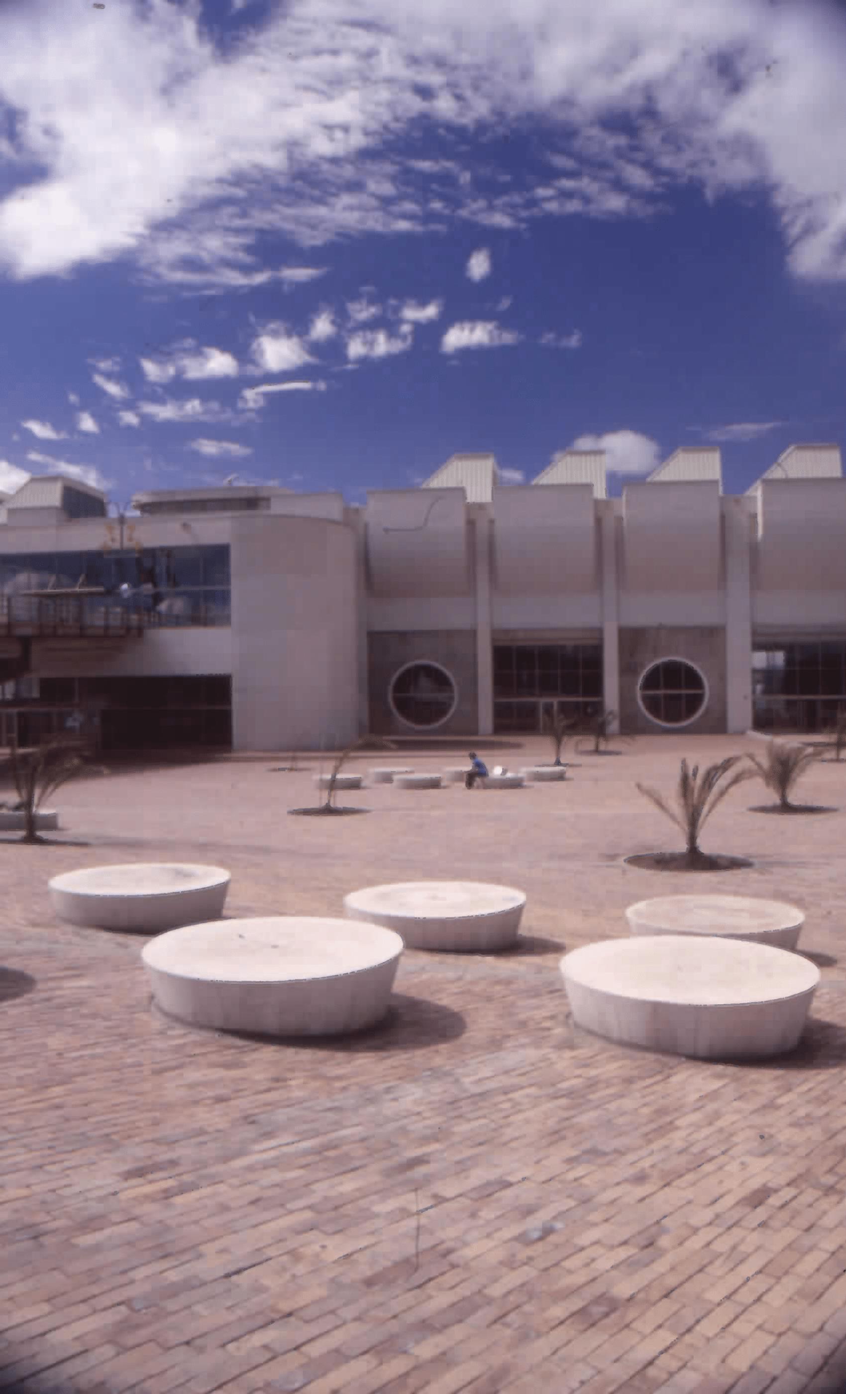 Imagen de apoyo de  Exteriores de la entrada a la Biblioteca Pública El Tintal Manuel Zapata Olivella