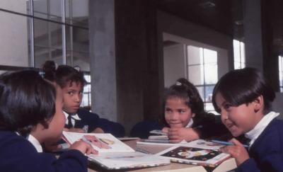 Niños leyendo en la Biblioteca Pública El Tintal Manuel Zapata Olivella. Fotografía 2
