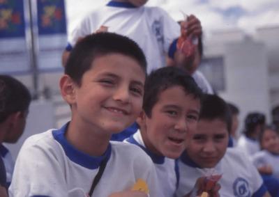 Niños en el exterior de la Biblioteca Pública El Tintal Manuel Zapata Olivella