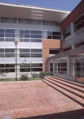 Arquitectura del exterior de la Biblioteca Pública El Tunal Gabriel García Márquez