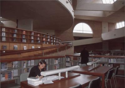 Usuarios en la sala de lectura de la Biblioteca Pública Virgilio Barco