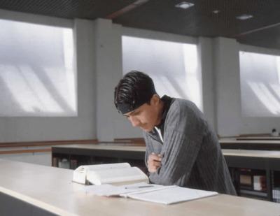 Joven usuario leyendo en la la Biblioteca Pública El Tintal Manuel Zapata Olivella