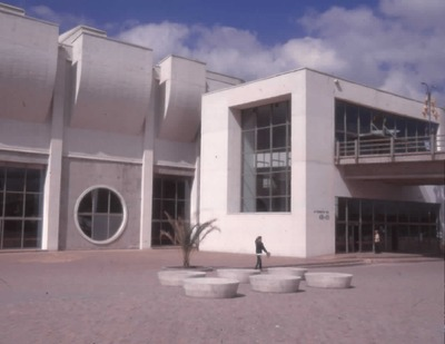 Entrada principal de la Biblioteca Pública El Tintal Manuel Zapata Olivella<br /><br />