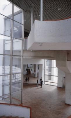 Escaleras hacia el primer piso en Biblioteca Pública El Tintal Manuel Zapata Olivella