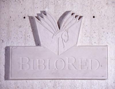Logo de la Red Distrital de Bibliotecas Públicas, BibloRed, en la Biblioteca Pública El Tintal Manuel Zapata Olivella