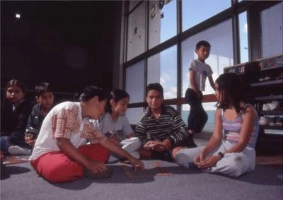 Niños jugando en el interior de la Biblioteca Pública El Tintal Manuel Zapata Olivella