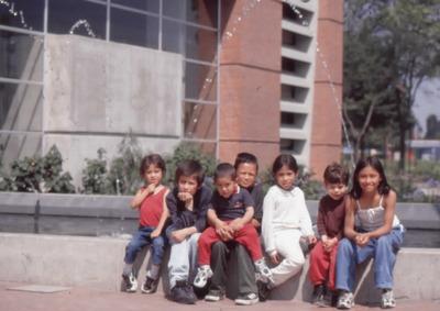 Niños en el exterior de la Biblioteca Pública El Tunal Gabriel García Márquez