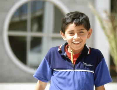 Niño en los exteriores de la Biblioteca Pública El Tintal Manuel Zapata Olivella