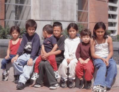 Niños en los exteriores de la Biblioteca Pública El Tunal Gabriel García Márquez. Fotografía 2