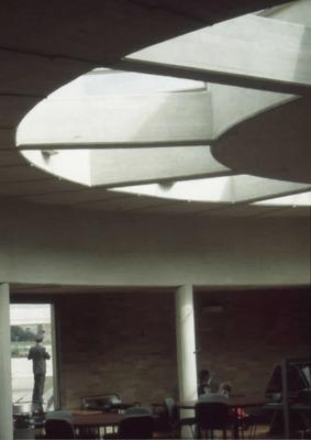 Interior de la Biblioteca Pública Virgilio Barco con detalle de claraboyas. Fotografía 2