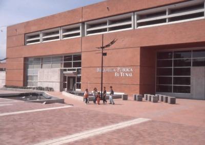 Niños en el exterior de la Biblioteca Pública El Tunal Gabriel García Márquez. Fotografía 2