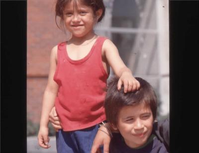 Niños en los exteriores de la Biblioteca Pública El Tunal Gabriel García Márquez