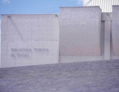 Aviso con el nombre de la Biblioteca Pública El Tintal Manuel Zapata Olivella