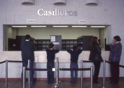 Usuarios en casilleros de la Biblioteca Pública El Tintal Manuel Zapata Olivella