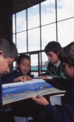 Niños leyendo en la Biblioteca Pública El Tintal Manuel Zapata Olivella. Fotografía 4