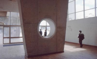 Entrada y detalle arquitectónico de la Biblioteca Pública El Tintal Manuel Zapata Olivella
