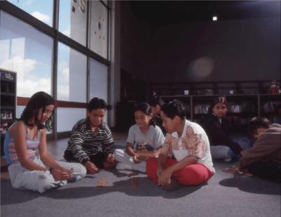 Niños en la sala infantil de la Biblioteca Pública El Tunal Gabriel García Márquez