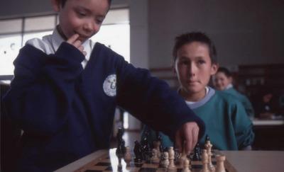 Niños jugando ajedrez en la Biblioteca Pública El Tintal Manuel Zapata Olivella