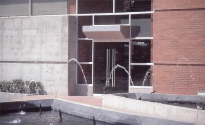 Fuente de agua en el exterior de Biblioteca Pública El Tunal Gabriel García Márquez