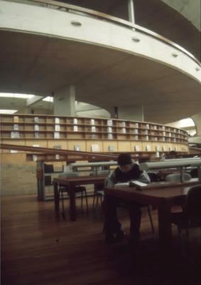 Joven usuario leyendo en la la Biblioteca Pública Virgilio Barco
