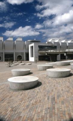 Arquitectura exterior de la Biblioteca Pública El Tintal Manuel Zapata Olivella