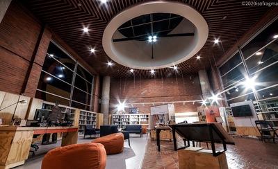 Fotografía nocturna de la Sala LabCo : espacio abierto experimental
