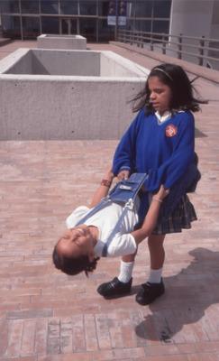 Niños jugando en los exteriores de la Biblioteca Pública El Tintal Manuel Zapata Olivella