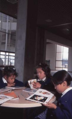 Niños leyendo en la Biblioteca Pública El Tintal Manuel Zapata Olivella