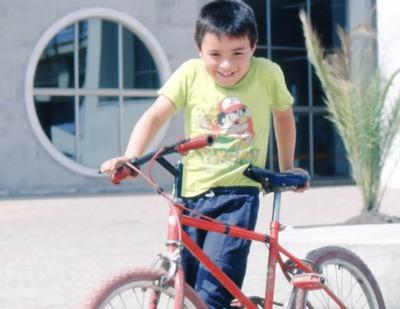Niño jugando en los exteriores de la Biblioteca Pública El Tintal Manuel Zapata Olivella