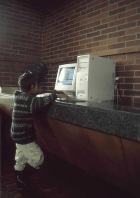 Niño usando un computador en la Biblioteca Púbica Virgilio Barco