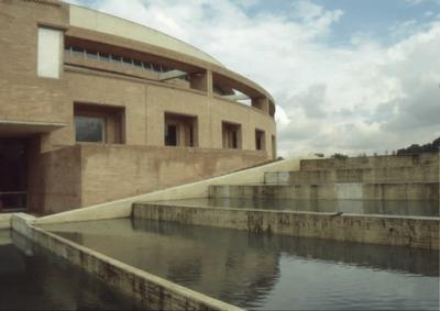 Vista del espejo de agua y fachada oriental de la Biblioteca Pública Virgilio Barco. Fotografía 2