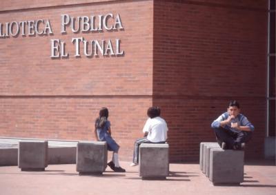 Niños en los exteriores de la Biblioteca Pública El Tunal Gabriel García Márquez. Fotografía 3