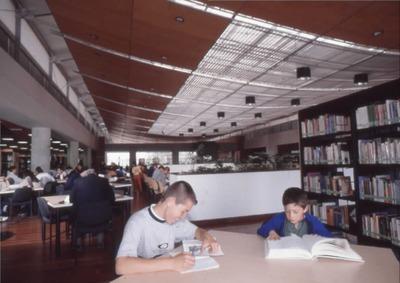 Usuarios leyendo en la Biblioteca Pública El Tunal Gabriel García Márquez