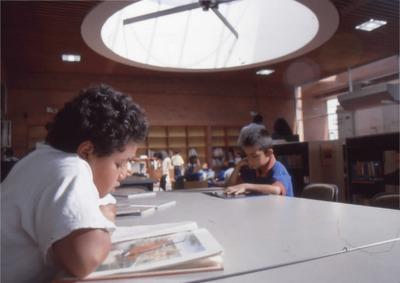 Niños leyendo en la Biblioteca Pública El Tunal Gabriel García Márquez