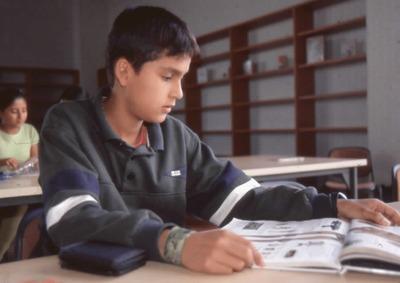 Niño leyendo en la Biblioteca Pública El Tintal Manuel Zapata Olivella