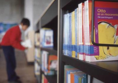 Niño en la estantería de la Biblioteca Pública El Tintal Manuel Zapata Olivella<br /><br />