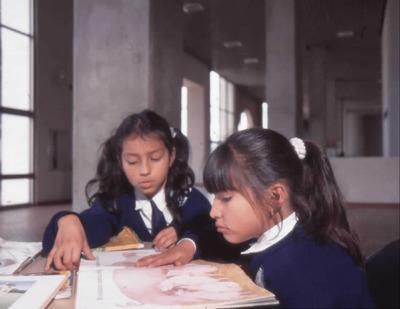 Niñas leyendo en la Biblioteca Pública El Tintal Manuel Zapata Olivella