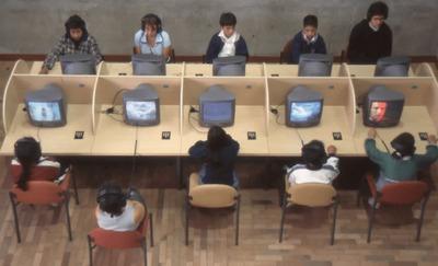 Usuarios en equipos informáticos en la Biblioteca Pública El Tintal Manuel Zapata Olivella. Fotografía 2