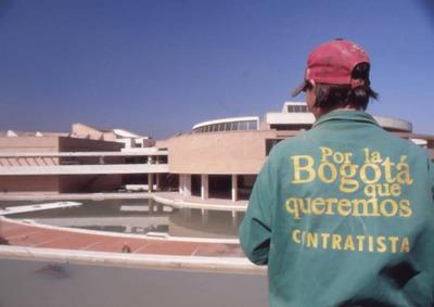Vista del espejo de agua y fachada oriental de la Biblioteca  Pública Virgilio Barco